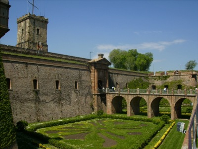 castell_de_montjuic_-_fossat_entrada_-_barcelona_catalonia